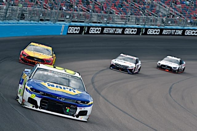Chase Elliott leads Joey Logano, Denny Hamlin and Brad Keselowski at Cup championship race in Phoenix 2020 Photo NKP