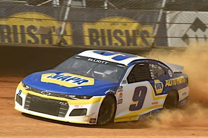 Chase Elliott car kicks up some dust in practice at Bristol Dirt Cup practice NKP
