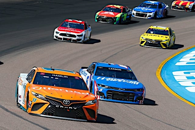 Denny Hamlin and Kyle Larson pack racing in 2021 spring Phoenix Cup race Photo NKP